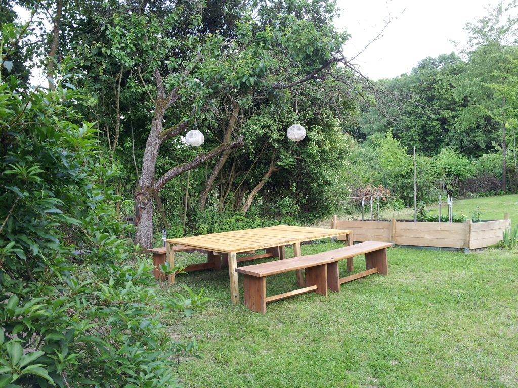 Großer Holztisch im Pachtgarten für Pausen