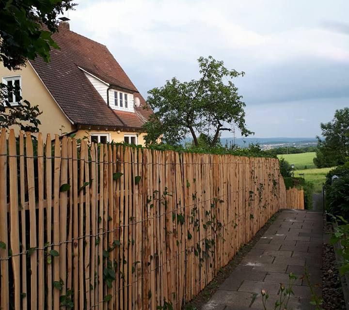 Ein natürlicher Zaun der zum Gartenkonzept und der Umgebung passt.