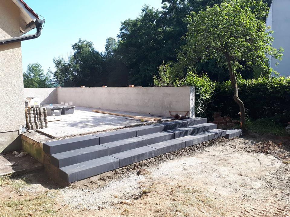 Die Terrasse mit neuer breiten Treppe