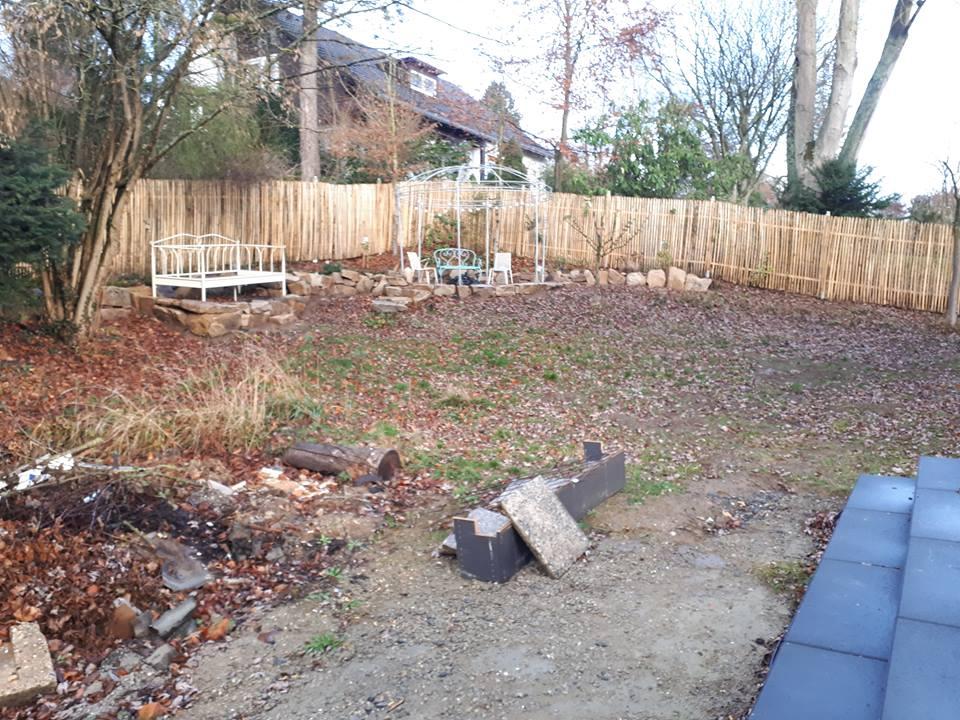 Durch den Staketenzaun wurde der Garten schön eingefasst. Durch den alten Baumbestand ist der hintere Teil des Gartens bereits schön eingewachsen.