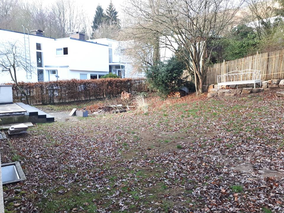 Der Treppenabgang der Terrasse ist bereits erneuert, auch das Gartenbett steht schon. Aber hier war noch sehr viel Arbeit nötig um einen romantischen Garten entstehen zu lassen.