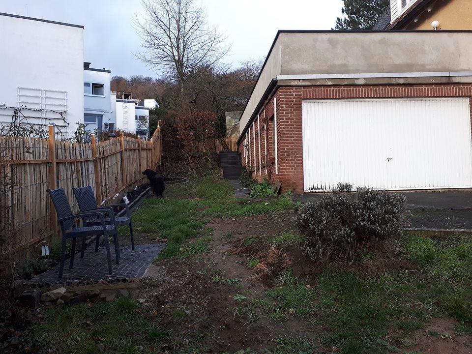 Die Sanierung der Fassade, insbesondere das Streichen der roten Klinker, gehörte fest zur Gartengestaltung hinzu.