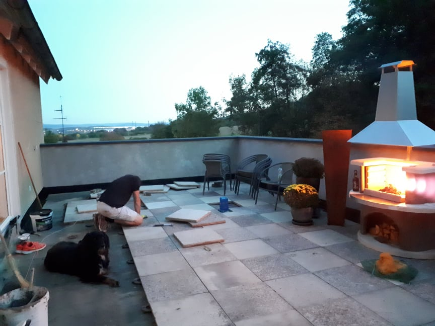 Die Terrasse mit recyclten Betonplatten