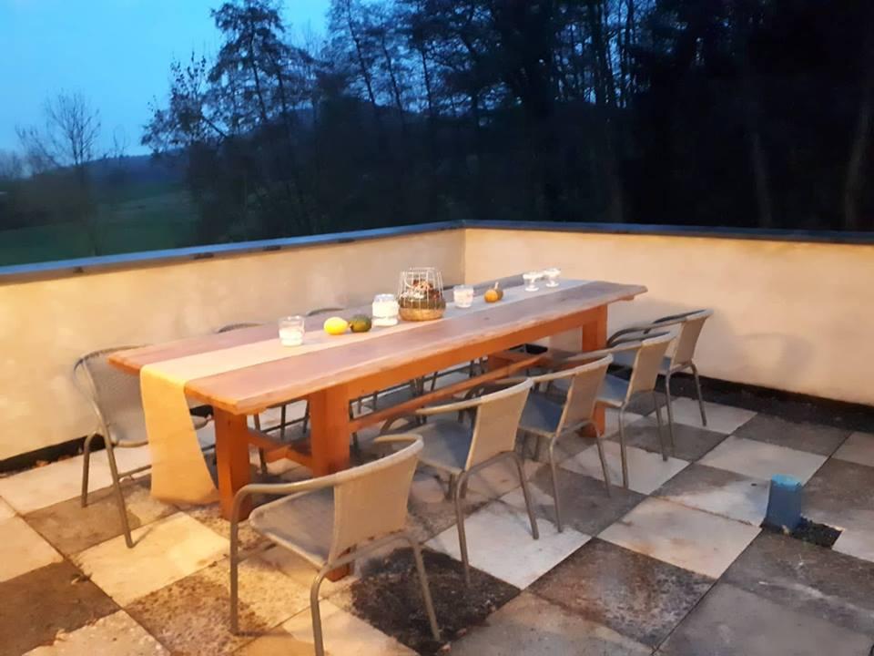 Esstisch auf der neu gedeckten Terrasse