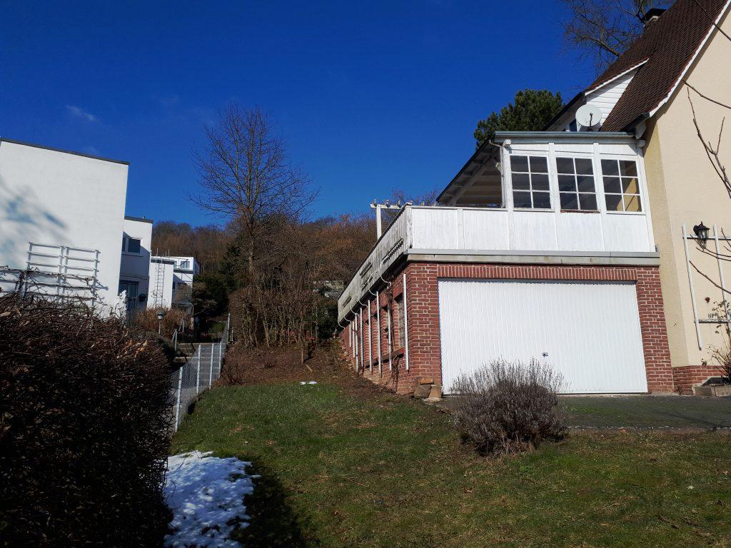 Neben der Garage ist es sehr sonnig und gut geschützt. Dort sollte der Küchengarten entstehen.