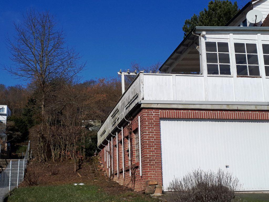Die Garage und der künftige Standort des Küchengartens vor der Sanierung