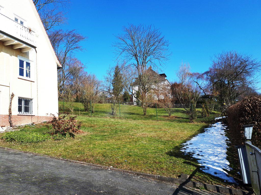 Wie ein romantischer Garten entsteht, sieht man vor allen Dingen im vorderen Bereich des Gartens wo der üppige Rosengarten angelegt wurde.