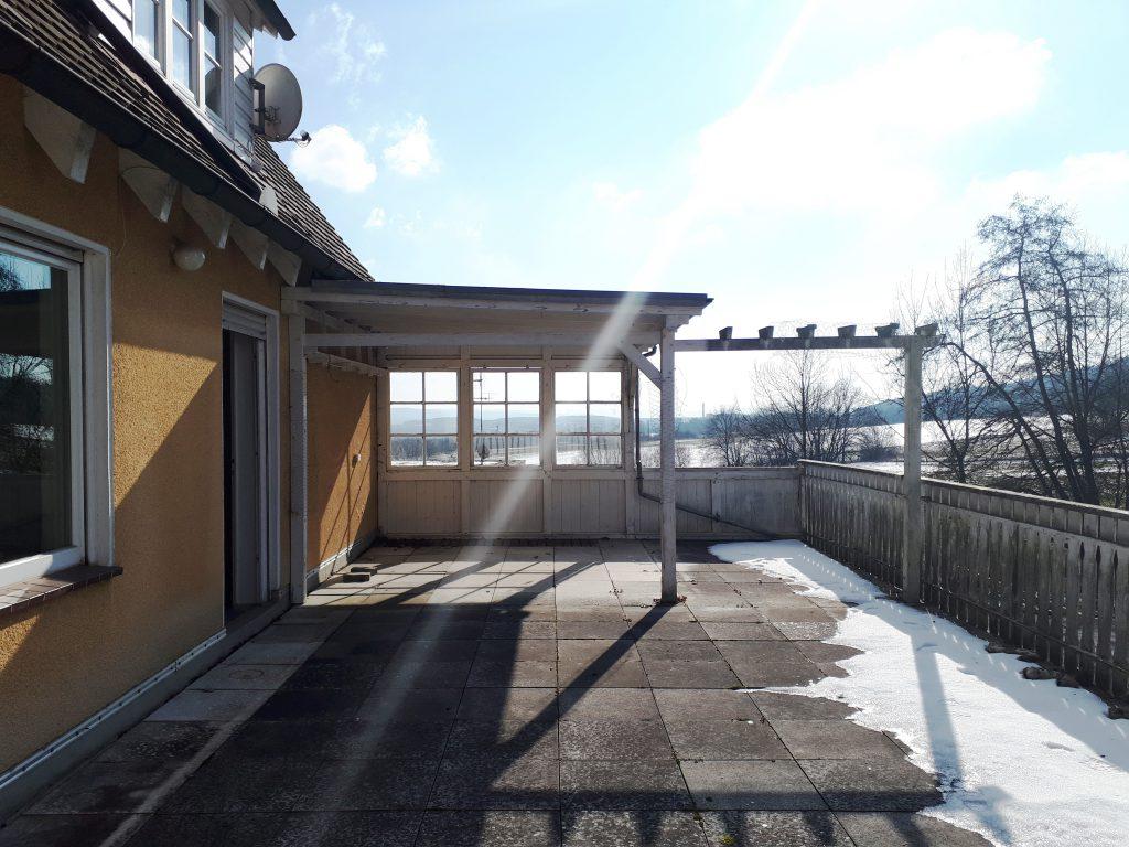 Die Terrasse war vorher durch eine Pergola verschattet, zudem war der Fernblick hierdurch eingeschränkt. Im Rahmen der Sanierung und Neugestaltung der Terrasse wurde sie abgerissen.