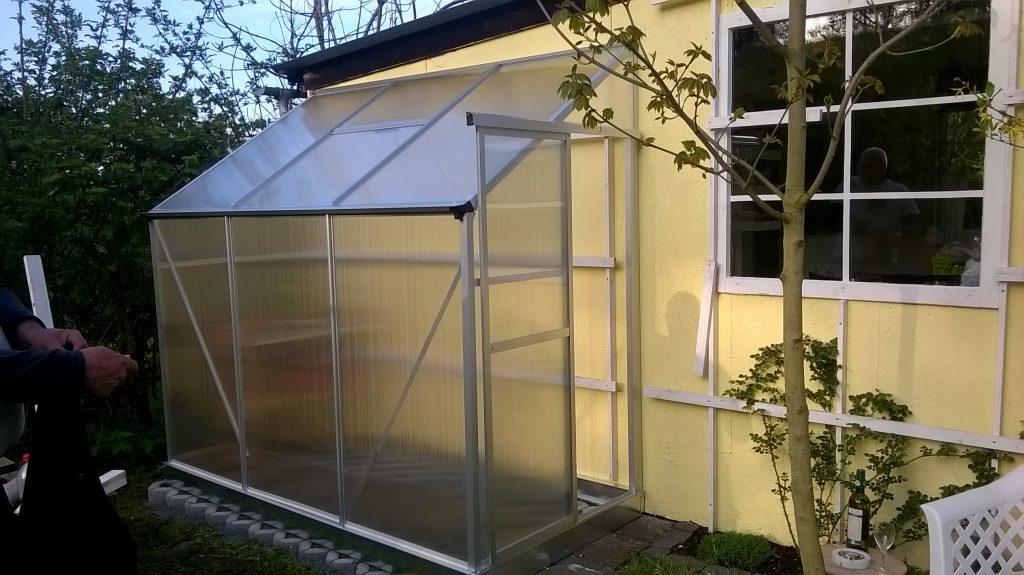 Das Gewächshaus an der Gartenhütte im Pachtgarten