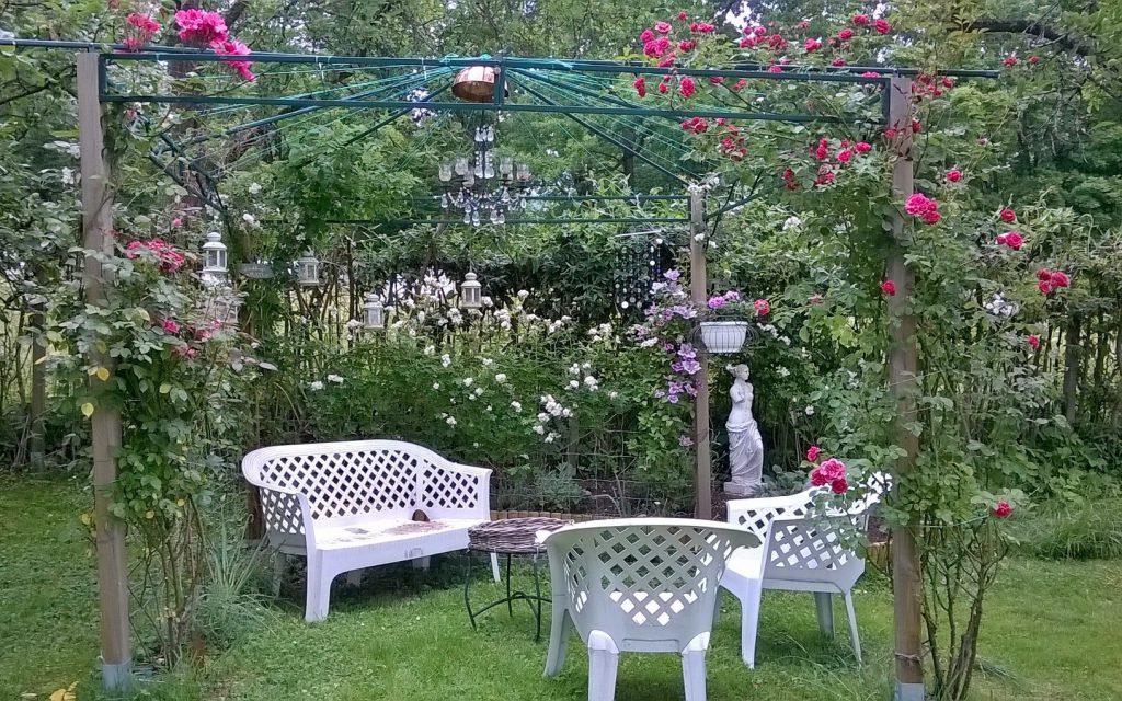 Ein romantischer Sitzplatz unter Rosen