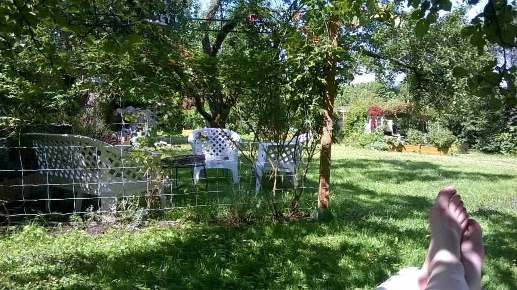 Romantischer Sitzplatz im Schatten mit Blick über den Pachtgarten