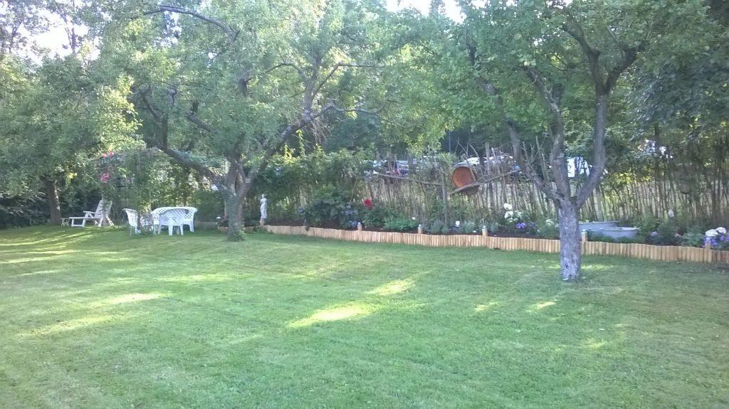 Das lange Staudenbeet im Pachtgarten entlang des Zaunes