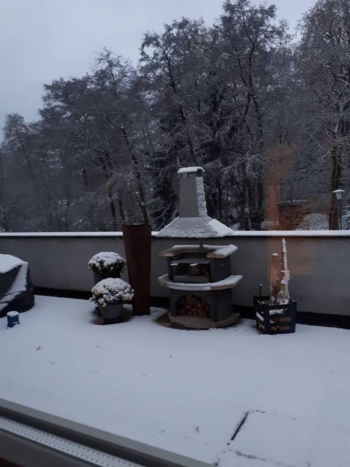Der Grillkamin auf der Terrasse wird auch im Winter gerne genutzt.
