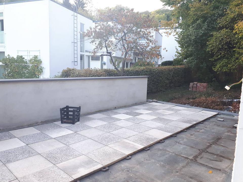 Die Terrasse wurde mit den alten Betonplatten neu belegt.