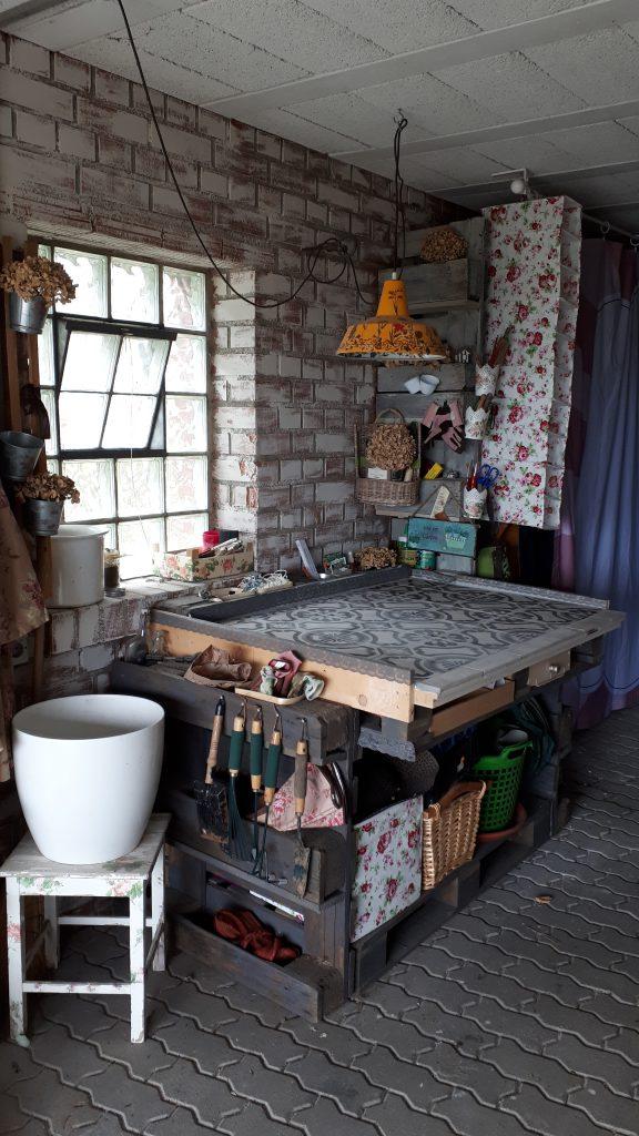 Pflanztisch aus Paletten und Restmaterial im Shabby Chic Look. Hell und frostfrei können hier in der Garage einige Pflanzen überwintern