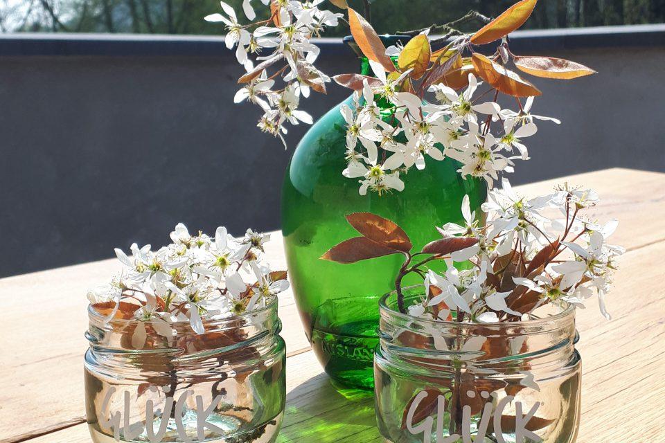 Gläser voll Glück als kleine Vasen aus Marmeladengläsern