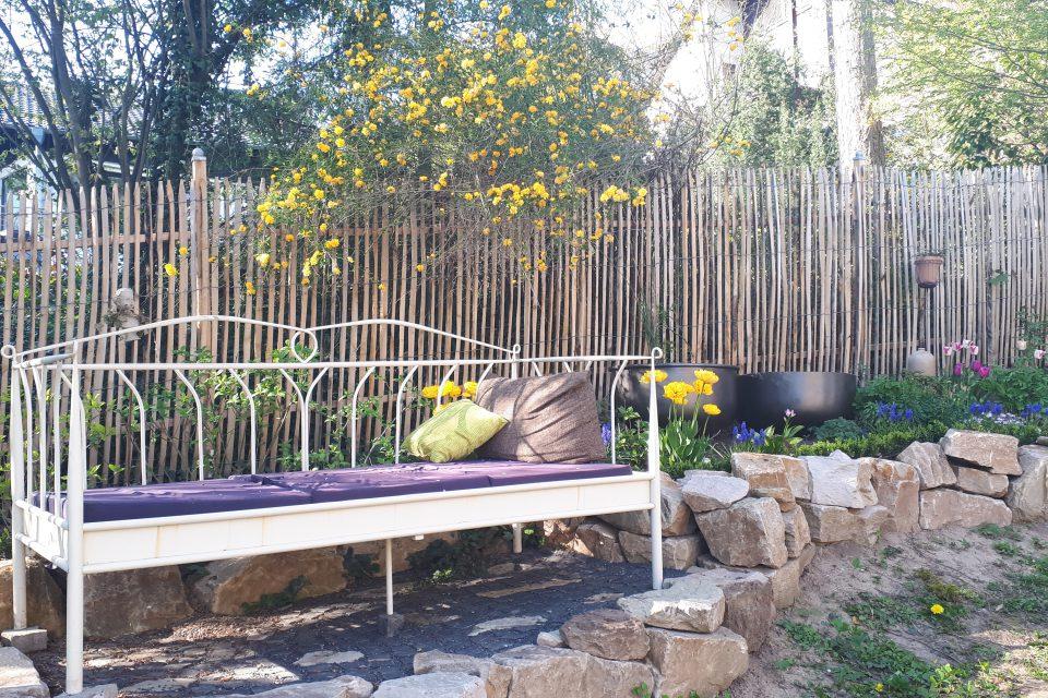 Ein Bett im Garten bietet einen ganz besonders gemütlichen Platz.