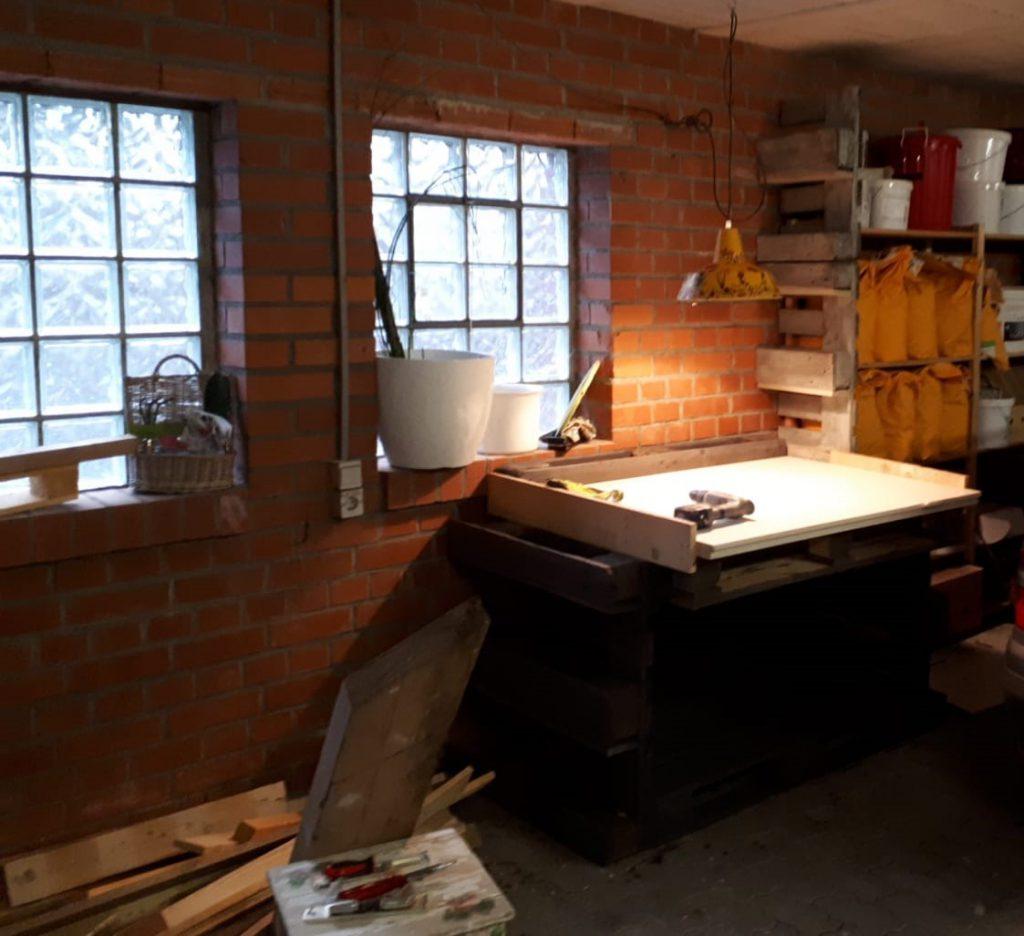 Der Pflanztisch wurde in die Nähe eines Garagenfenster platziert. Hier ist es auch im WInter hell und frostfrei.