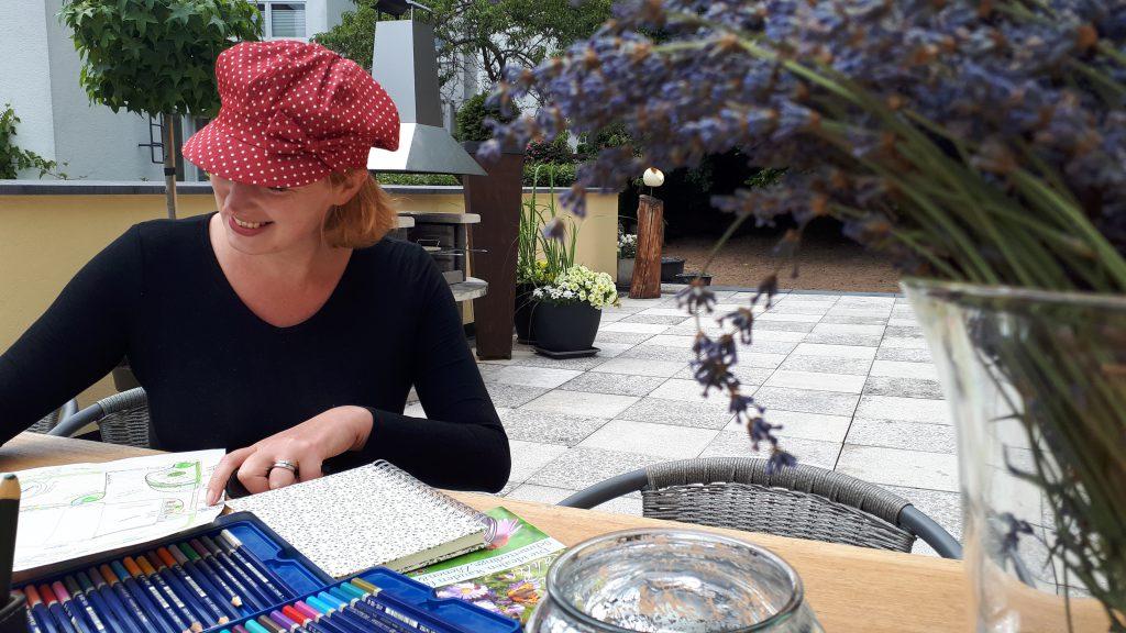 Svea J. Held - Die Autorin des Gartenblogs Romantische Garten Liebe.de, in dem sie von ihrer Gartenplanung und den Schritten um einen romantichen Garten anlegen zu können erzählt.