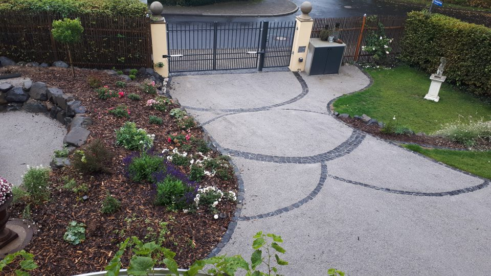 Das Eingangsportal zum Garten neu angelegt