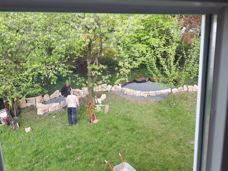 Der künftige Standort für das Gartenbett wird geschaffen