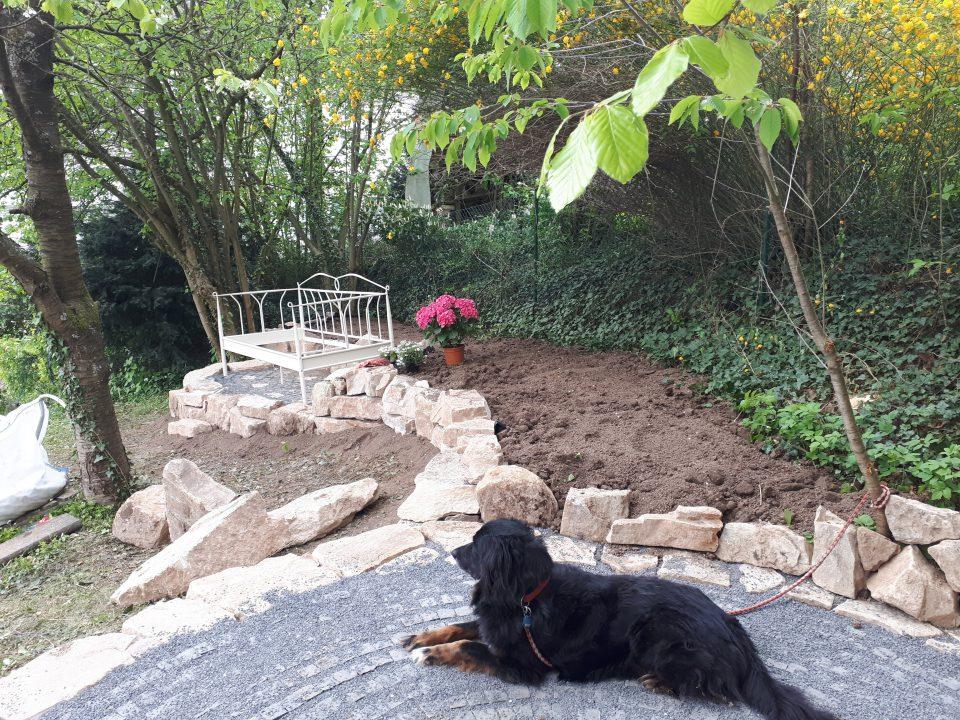 Blick auf das Gartenbett vom künftigen Rosenpavillon aus