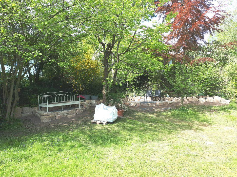 Das Gartenbett im Schatten der großen Kirsche