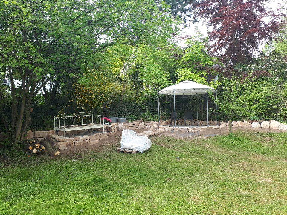 Das Gartenbett im Halbschatten nach dem Fällen der Kirsche
