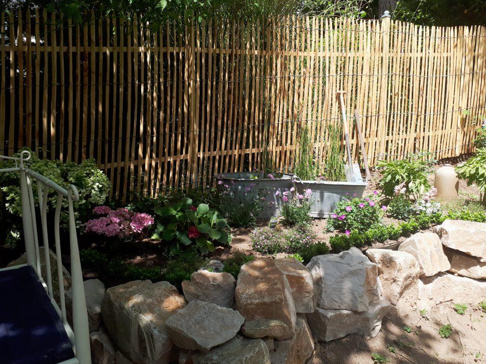 Die erste Variante meiner romantichen Wasserspiele habe ich mit zwei Zinkwannen angelegt. Im Hintergrund ist der Staketenzaun, im geschützten Halbschatten sitzen Hortensien.