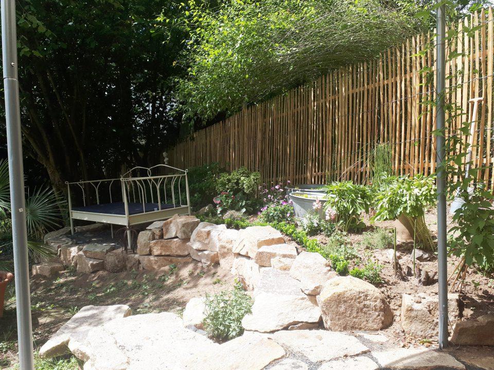 Das Gartenbett mit frisch angelegtem Staudenbeet