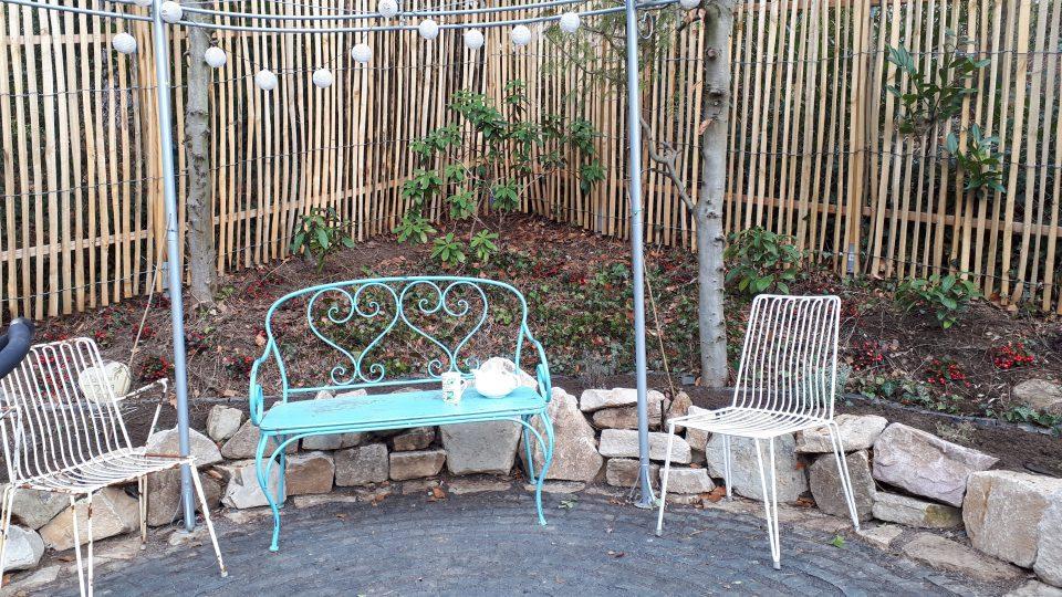 Der erhöhte Standort im Garten bot sich für einen romantischen Sitzplatz an