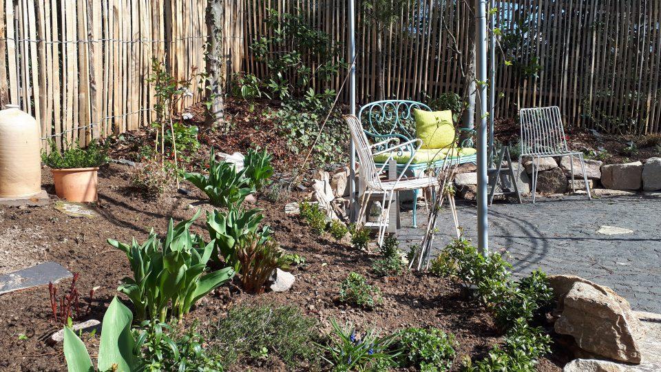 Ein frisch gepflanztes Staudenbeet im Frühjahr 2019