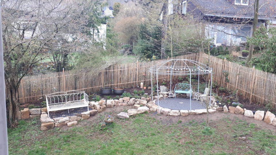 Das Gartenbett und der Rosenpavillon im Winter 2019