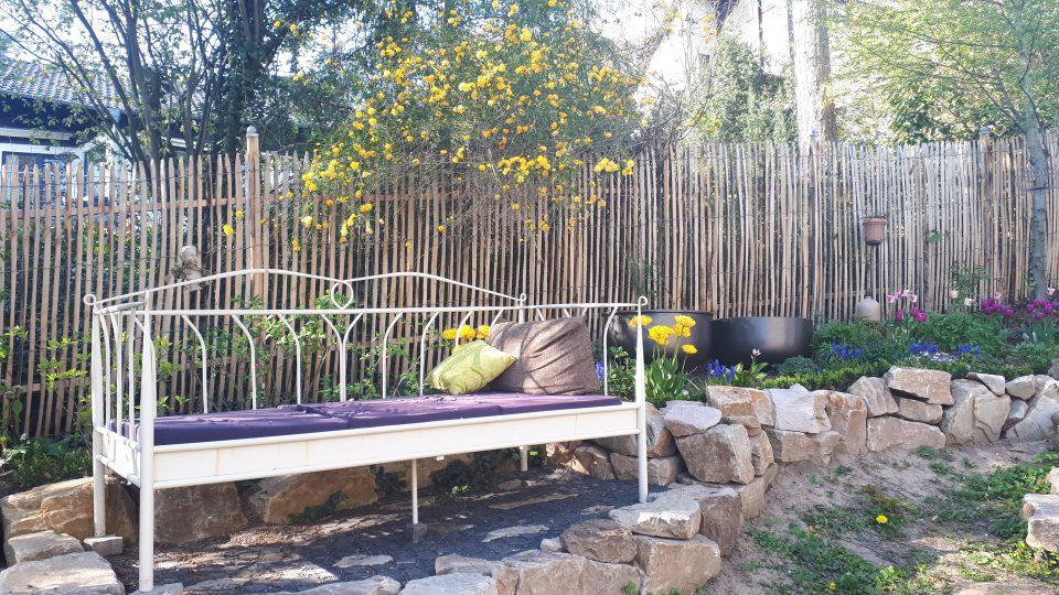 Gartenbett im romantischen Garten