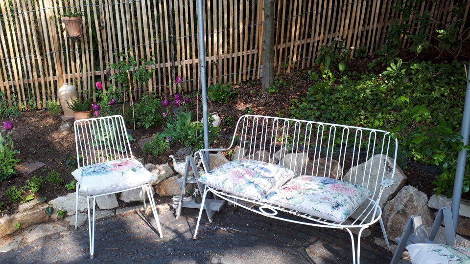 Die Gartenbank mit Stühlen aus den 50er 60er Jahren