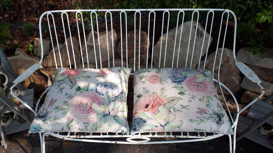 Gartenbank mit hübschen Sitzkissen