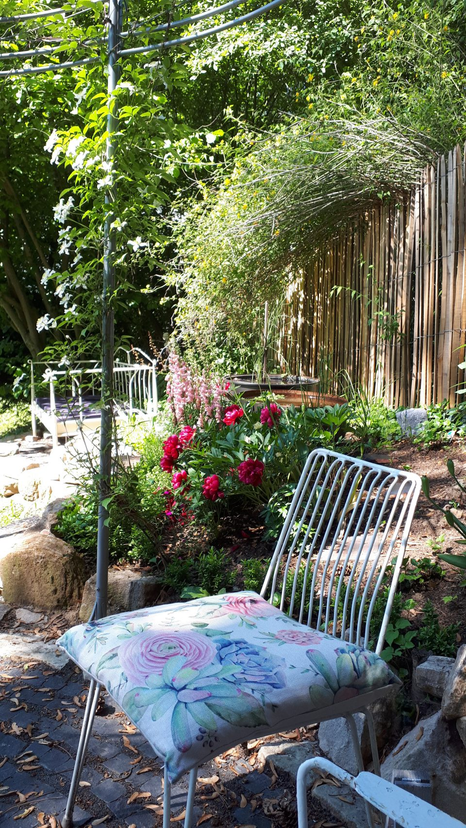 Damit einen die Leselust im Garten so richtig packen kann, braucht man nicht nur die richtige Lektüre, sondern auch lauschige Plätze.