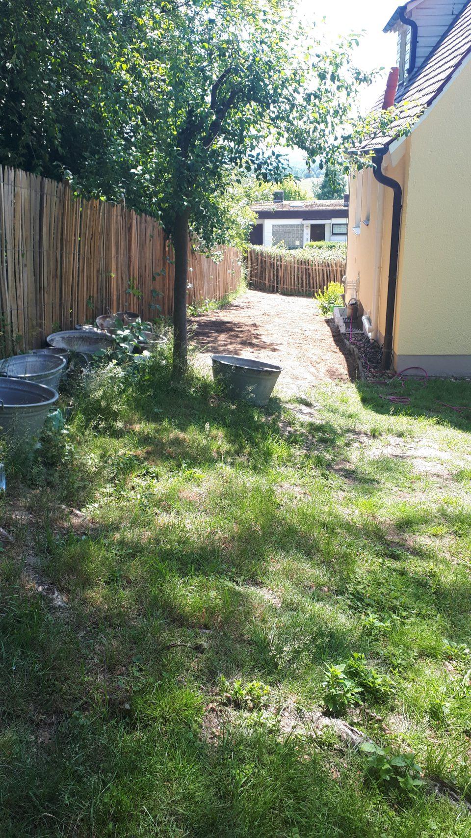 Am Staketenzaun entlang soll der Gartenbereich mit einer großen Sammlung an Zinkgefäßen entstehen.