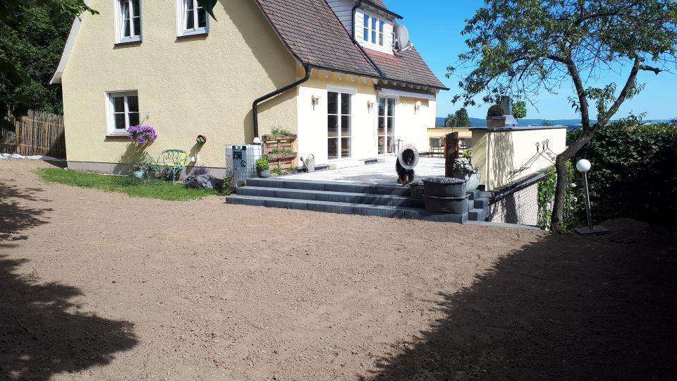 Die neu angelegten Treppen zum Garten