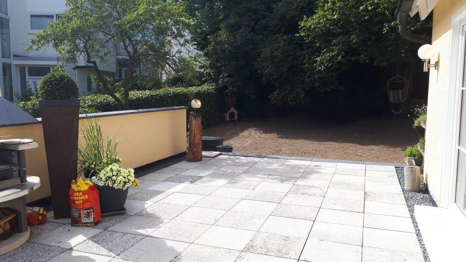 Blick von der sanierten Terrasse in den hinteren Teil des Gartens.