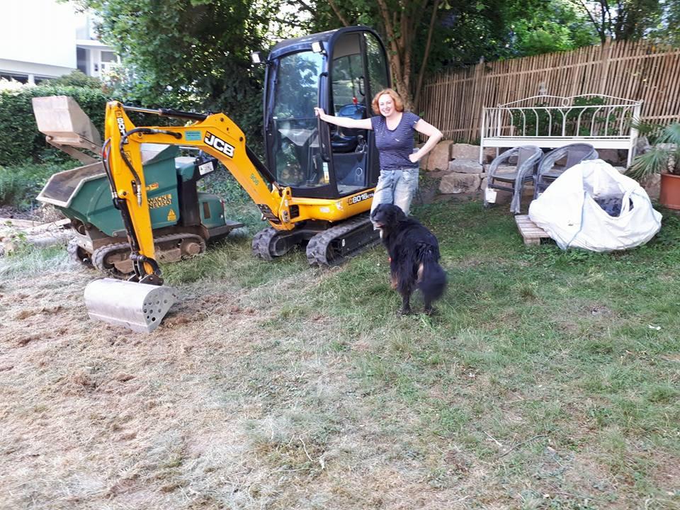 Gartenarbeit mit Minibagger