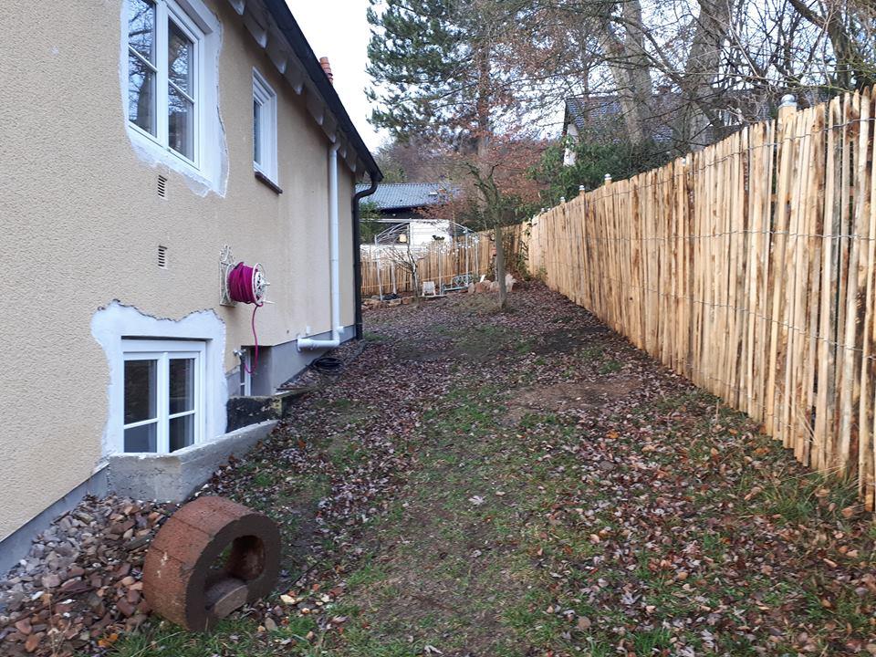 Der breite Durchgang auf der Ostseite des Hauses in den hinteren Teil des Gartens, vor der Neugestaltung