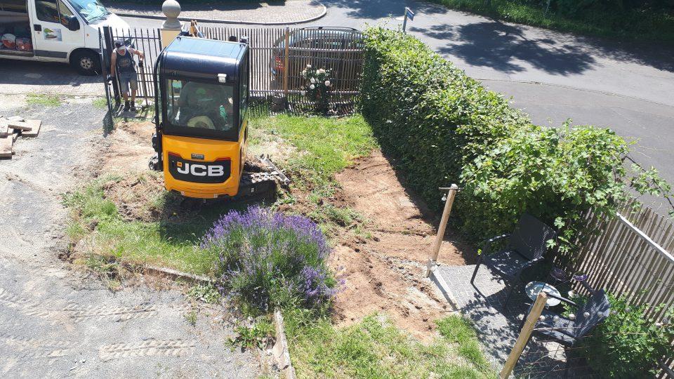 Die Bauarbeiten im angehenden Romantikgarten haben begonnen.