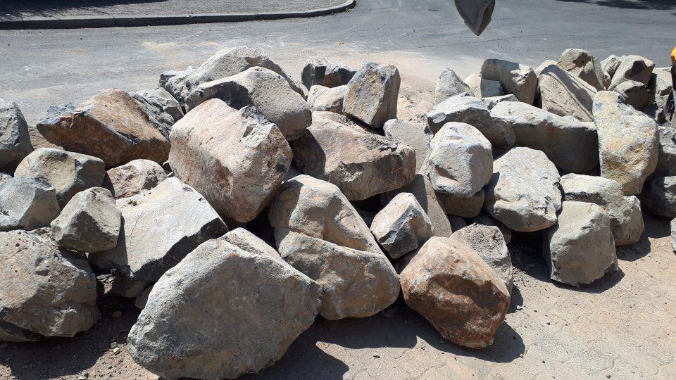 Der Senkgarten sollte mit großen natürlichen Basaltbrocken eingefasst werden.