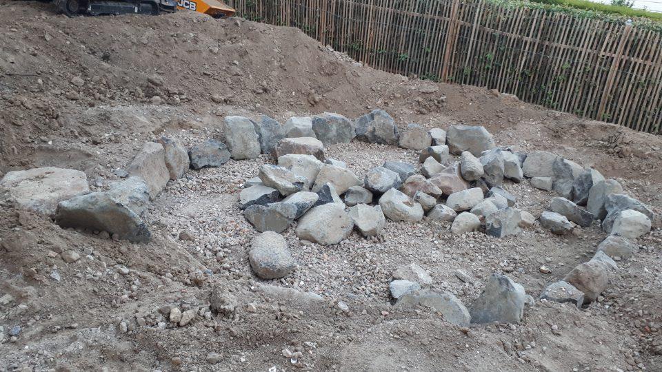 Der Senkgarten wurde mit Basaltsteinen eingefasst.