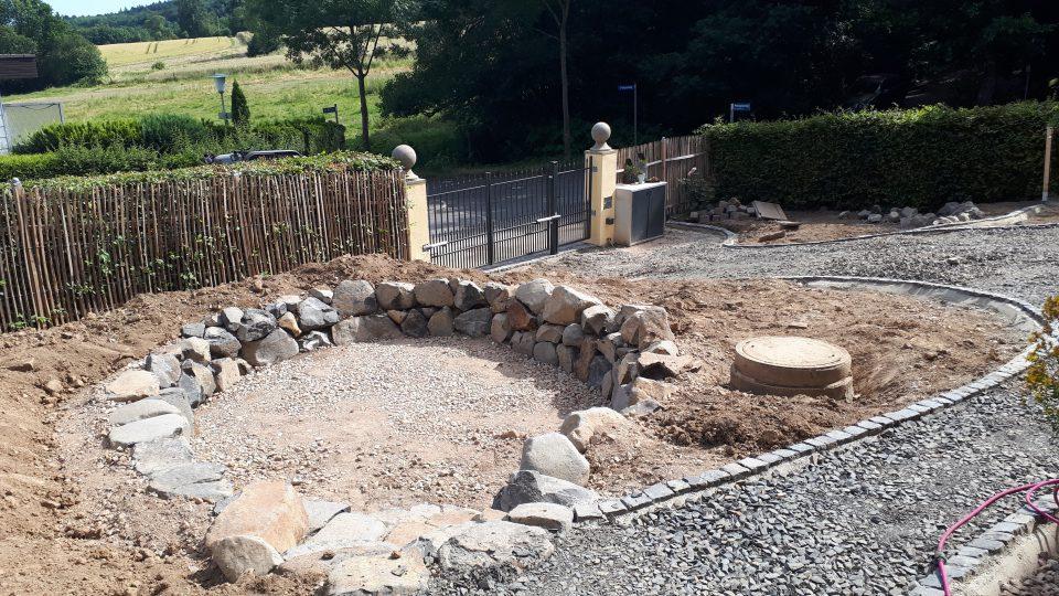 Der Senkgarten neu angelegt, mit großen Basaltsteinen eingefasst