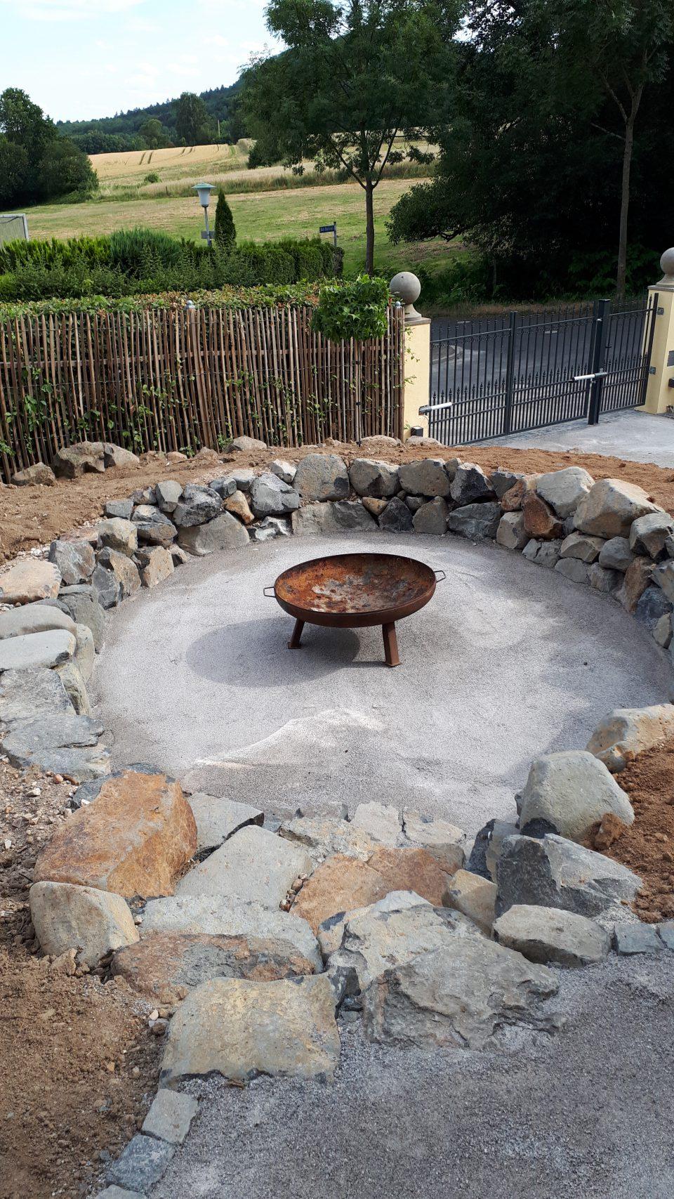 In den neu angelegten Senkgarten ist eine große Feuerschale eingezogen