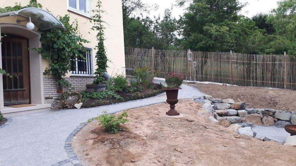 Willkommen im Garten mit dem neu angelegten Eingangsbereich