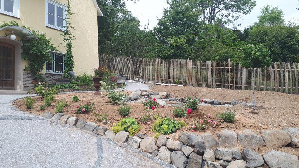 Willkommen im Garten mit dem neu angelegten Eingangsbereich mit Auffahrt