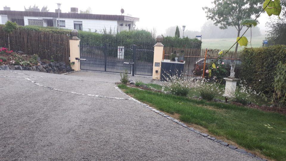 Der neu angelegte Romantikgarten mit Hoftor, Auffahrt und weißem Garten